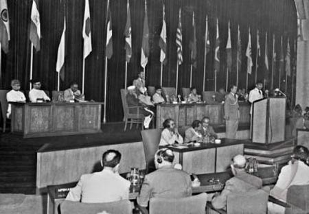 Presiden Indonesia, Soekarno, mengucapkan pidato pembukaan yang
