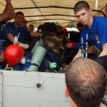 Jurnalis asal Rusia mengajukan diri naik mobil truk  Tim SAR Rusia di Lapangan SMPN CIjeruk, Kabupaten Bogor, Minggu, (13/05). Tim SAR Rusia tersebut akan berangkat mengevakuasi bangkai pesawat Sukhoi yang terjatuh di Gunung Salak. FOTO : AHMAD FAUZAN SAZLI