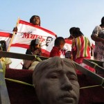 "Sahabat Munir mengenakan topeng dalam aksi ""Mengenang 8 Tahun Pembunuhan Munir"" di depan Istana Negara, Jakarta (07/09/2012). FOTO : FRINO BARIARCIANUR"