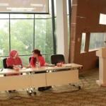 Goris Mustaqim (Pendiri Asgar Muda), Jovita (Pendiri Nalacity Foundation), dan Mega Novelia (Host KompasTV) memberikan materi Kewirausahaan Sosial dalam acara Indonesia Student Leadership Camp 2012 di Kampus UI, Depok, Sabtu (03/11/2012).