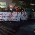 Tolak BBM, Mahasiswa Unas Blokir Jalan