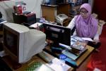 Sibuk membuat program Ramadhan di ruang sekretariat