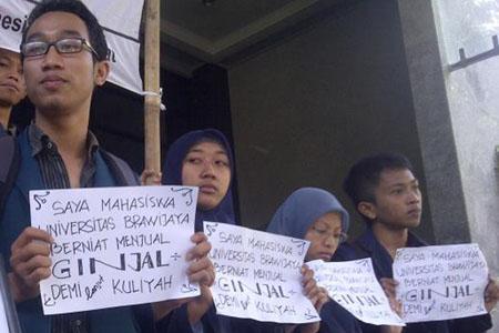 Aksi jual ginjal mahasiswa UB di depan rektorat UB, Selasa, (20/08