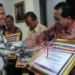 Rektor Unnes Raih Penghargaan Sebagai Pengguna Bahasa Indonesia Terbaik