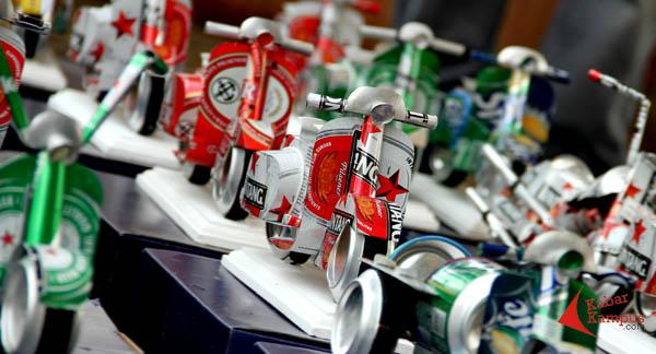 ... jadi miniatur vespa yang unik. Hasil kreativitas dari kaleng minuman  bekas karya Ogifson Harianja di PRJ Monas. FOTO   FRINO d18de30261