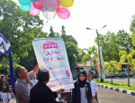 Prof. Dr. Niki Lukviarman, SE, Akt, MBA,  Rektor Universitas Bung Hatta, melakukan pelepasan 50 balon ke udara di Halaman Gedung B, Kampus Proklamator I UBH, Padang, Senin, (22/09/2014).  Foto : UBH