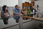 UGM berikan buku putih kepada Jokowi. Foto : UGM