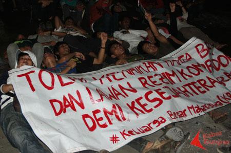 Lawan Kenaikan BBM, Mahasiswa UIN Jakarta Tidur di Jalan