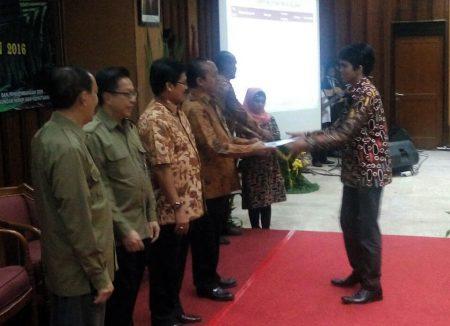 Kementrian Lingkungan Hidup dan Kehutanan memberikan penghargaan kepada Lawalata IPB sebagai kelompok pecinta alam terbaik di Indonesia, Senin, (15/08/2016). Dok. Lawalata IPB