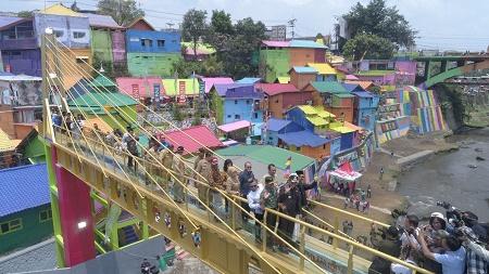 Jembatan Kaca Mahasiswa UMM Percantik Kampung Tematik